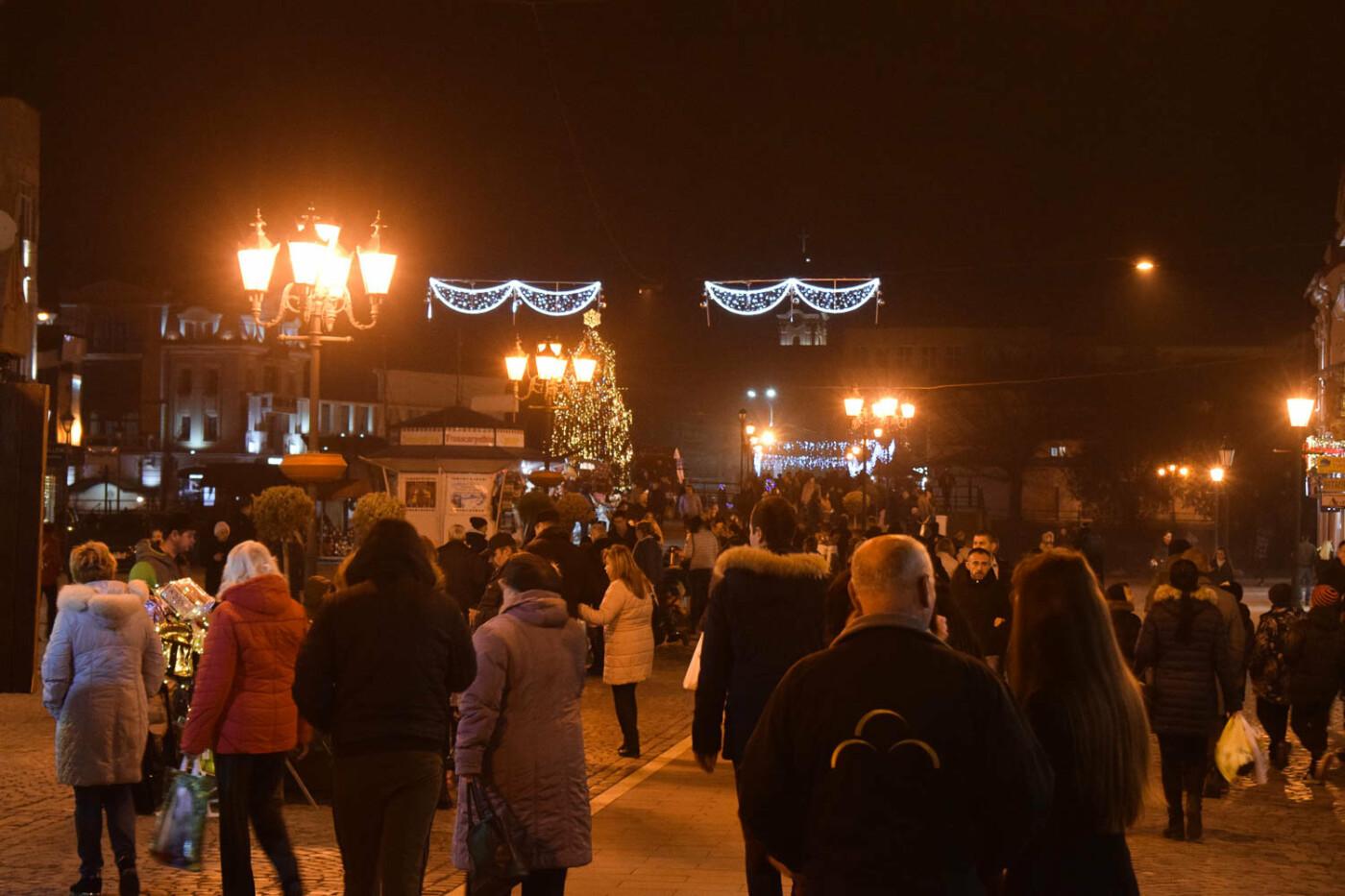 Яскраві ілюмінації, фотозони та ярмарок: в Ужгороді панує святкова атмосфера (ФОТОРЕПОРТАЖ), фото-13