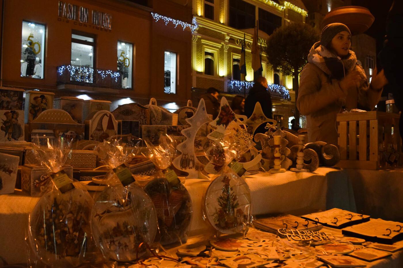 Яскраві ілюмінації, фотозони та ярмарок: в Ужгороді панує святкова атмосфера (ФОТОРЕПОРТАЖ), фото-15