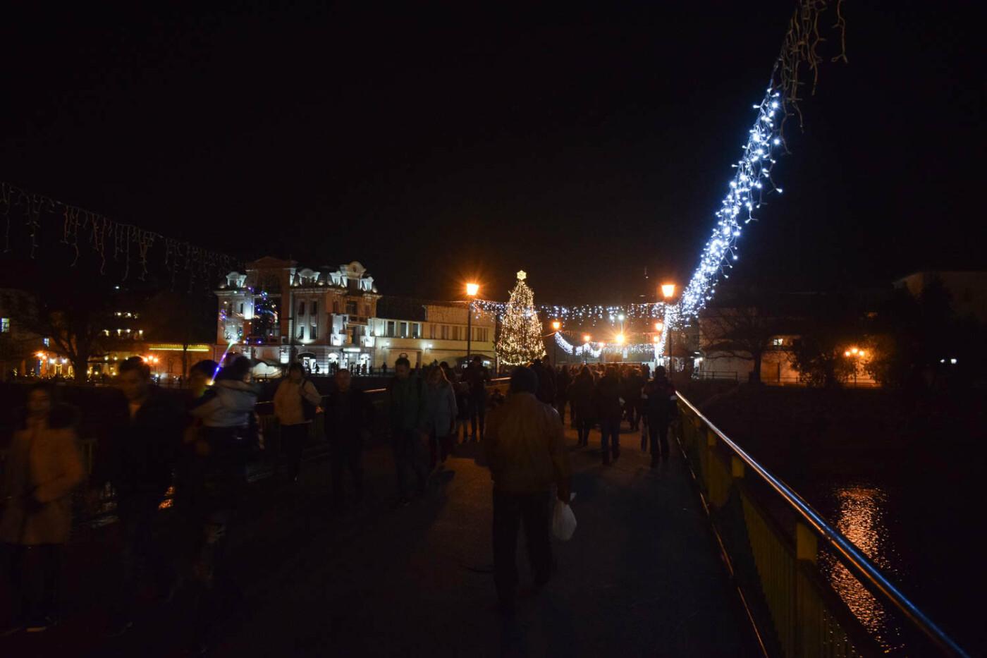 Яскраві ілюмінації, фотозони та ярмарок: в Ужгороді панує святкова атмосфера (ФОТОРЕПОРТАЖ), фото-16