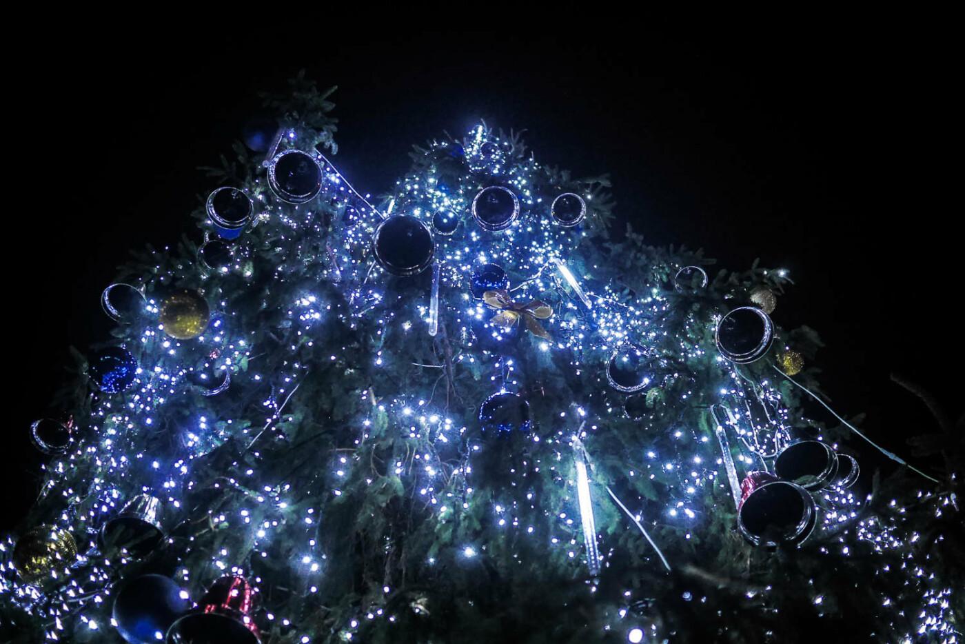 Яскраві ілюмінації, фотозони та ярмарок: в Ужгороді панує святкова атмосфера (ФОТОРЕПОРТАЖ), фото-19