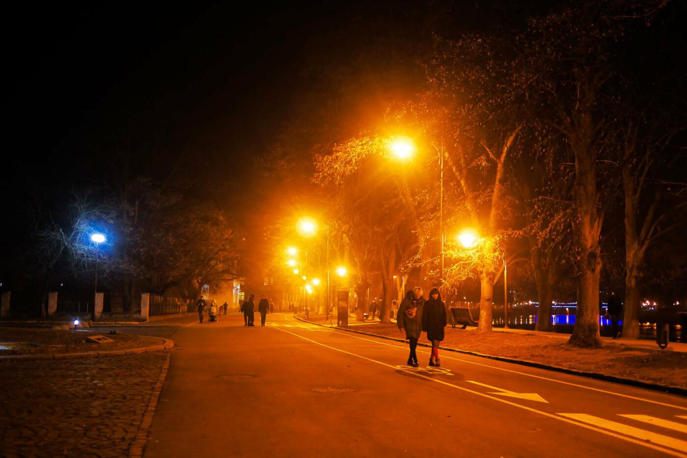 Яскраві ілюмінації, фотозони та ярмарок: в Ужгороді панує святкова атмосфера (ФОТОРЕПОРТАЖ), фото-20