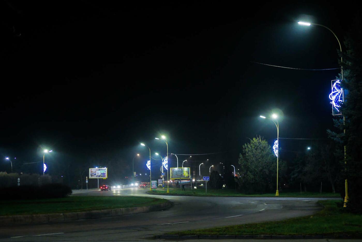 Яскраві ілюмінації, фотозони та ярмарок: в Ужгороді панує святкова атмосфера (ФОТОРЕПОРТАЖ), фото-23