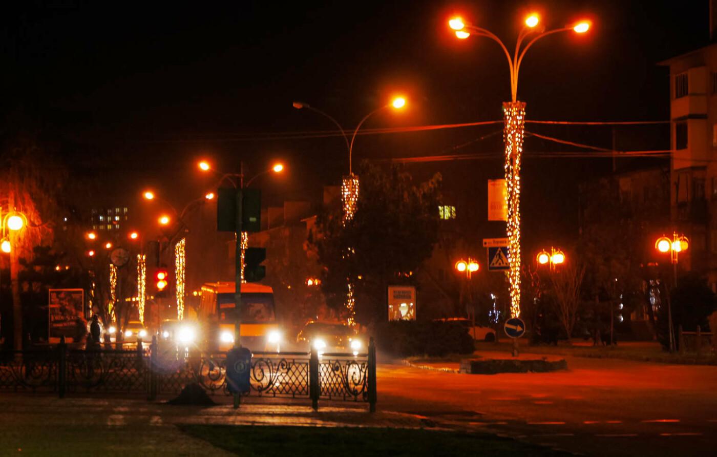 Яскраві ілюмінації, фотозони та ярмарок: в Ужгороді панує святкова атмосфера (ФОТОРЕПОРТАЖ), фото-25