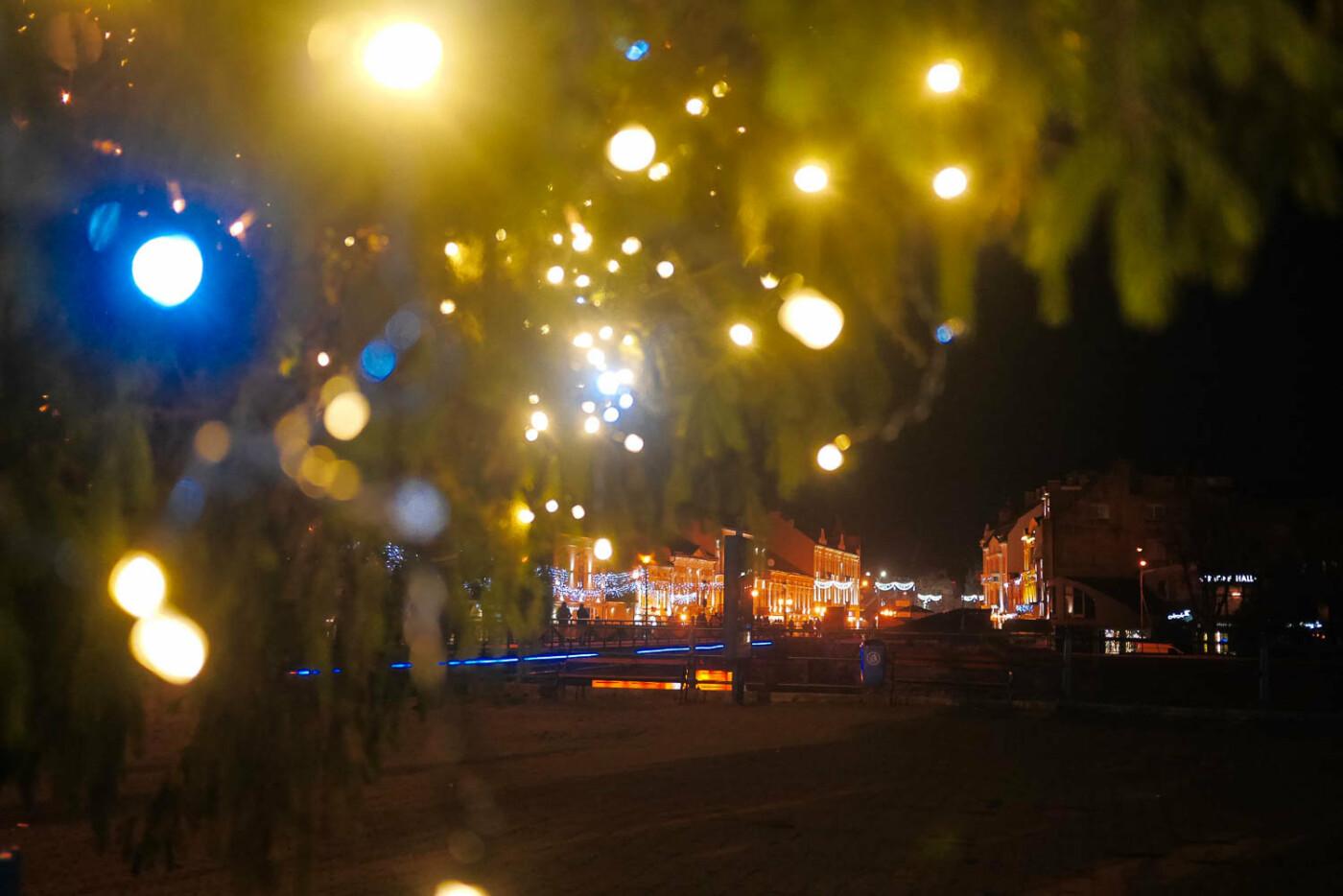 Яскраві ілюмінації, фотозони та ярмарок: в Ужгороді панує святкова атмосфера (ФОТОРЕПОРТАЖ), фото-34