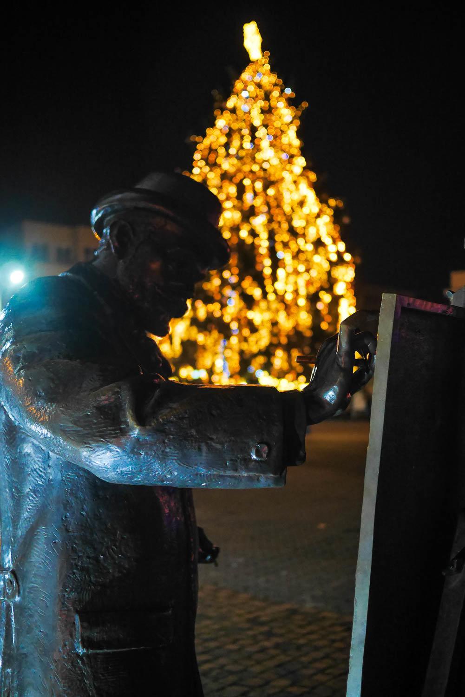 Яскраві ілюмінації, фотозони та ярмарок: в Ужгороді панує святкова атмосфера (ФОТОРЕПОРТАЖ), фото-35