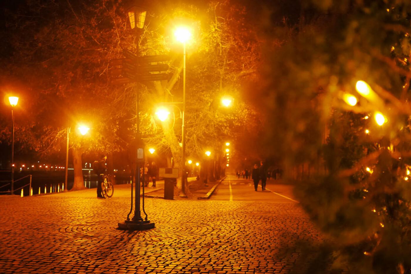 Яскраві ілюмінації, фотозони та ярмарок: в Ужгороді панує святкова атмосфера (ФОТОРЕПОРТАЖ), фото-37