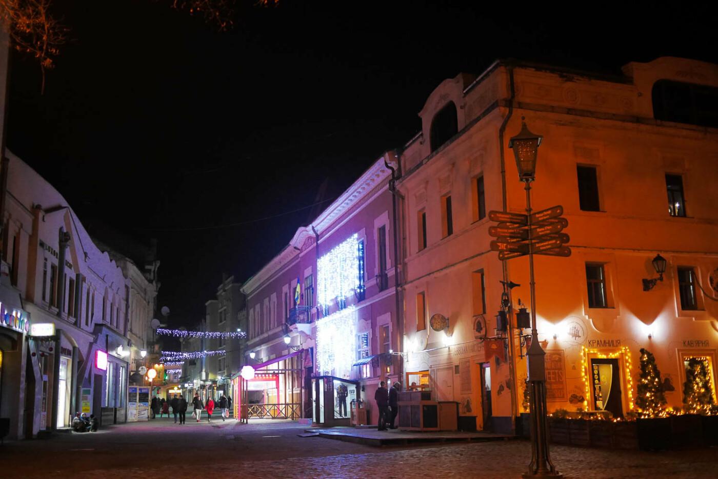Яскраві ілюмінації, фотозони та ярмарок: в Ужгороді панує святкова атмосфера (ФОТОРЕПОРТАЖ), фото-39