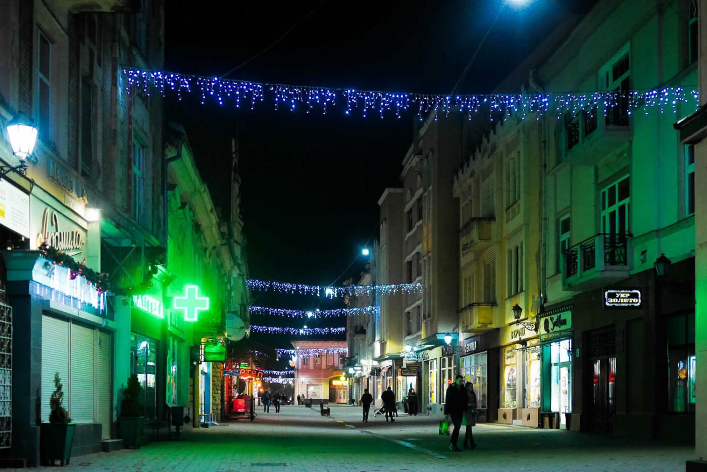 Яскраві ілюмінації, фотозони та ярмарок: в Ужгороді панує святкова атмосфера (ФОТОРЕПОРТАЖ), фото-41