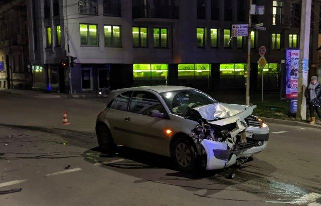 Нічна ДТП в центрі Ужгорода: постраждали дві жінки (ФОТО, ВІДЕО), фото-1