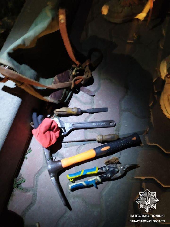В Ужгороді під ранок затримали осіб після ймовірного проникнення до чужого підвалу (ФОТО), фото-3