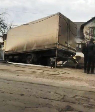 На Тячівщині фура злетівши з дороги, врізалась у придорожні конструкції, фото-1