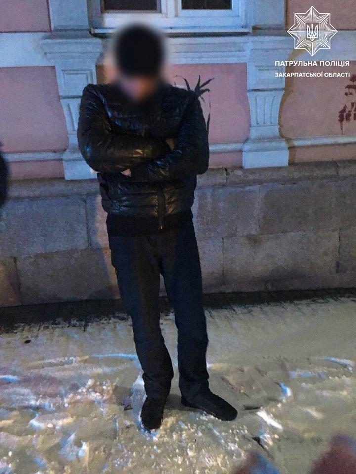 В Ужгороді патрульні вилучили у чоловіка поліетиленовий пакет із наркотичною речовиною, фото-2