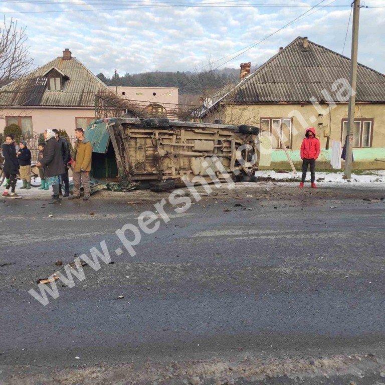 Автотроща на Закарпатті: від зіткнення з мікроавтобусом Skoda перетворилась на купу брухту (ФОТО), фото-1