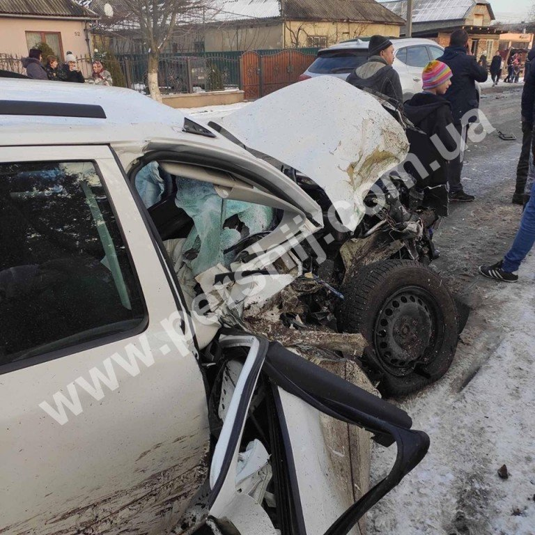 Автотроща на Закарпатті: від зіткнення з мікроавтобусом Skoda перетворилась на купу брухту (ФОТО), фото-2