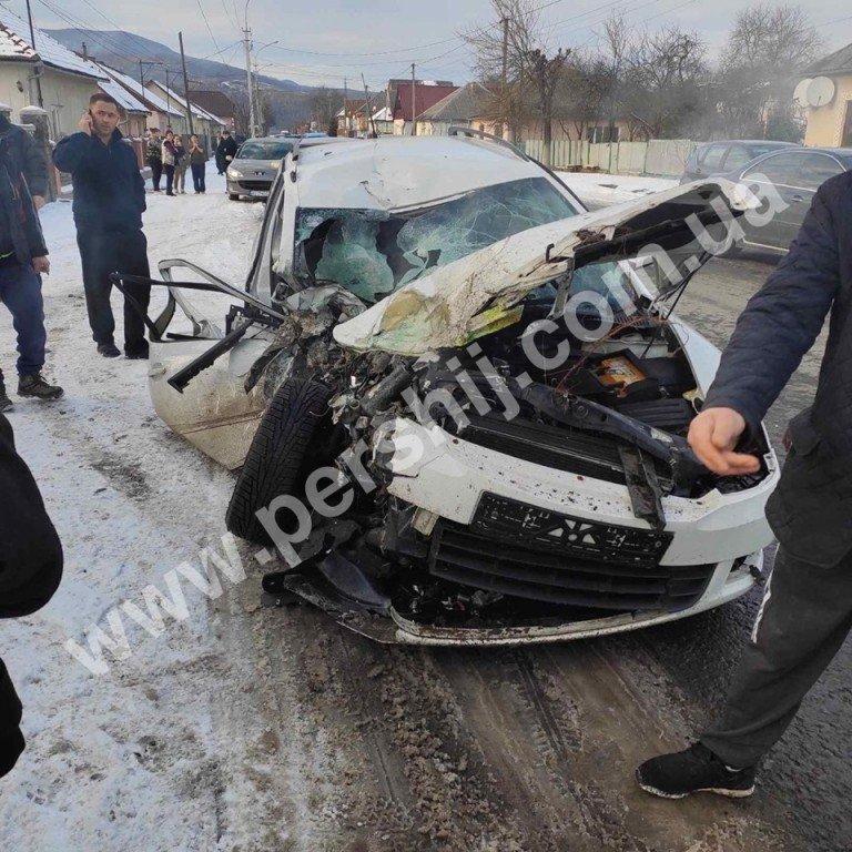Автотроща на Закарпатті: від зіткнення з мікроавтобусом Skoda перетворилась на купу брухту (ФОТО), фото-4