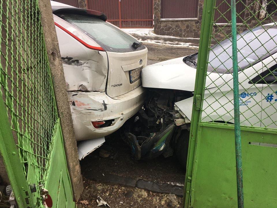 В Ужгороді через ожеледицю на одній із вулиць постраждали 9 авто (ФОТО), фото-1