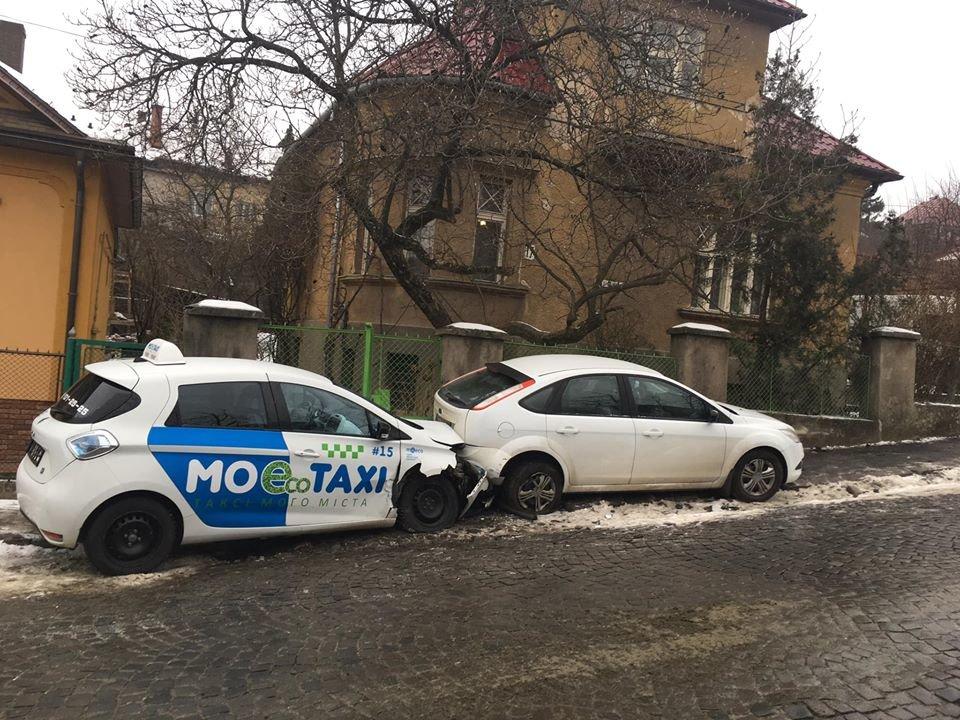 В Ужгороді через ожеледицю на одній із вулиць постраждали 9 авто (ФОТО), фото-4