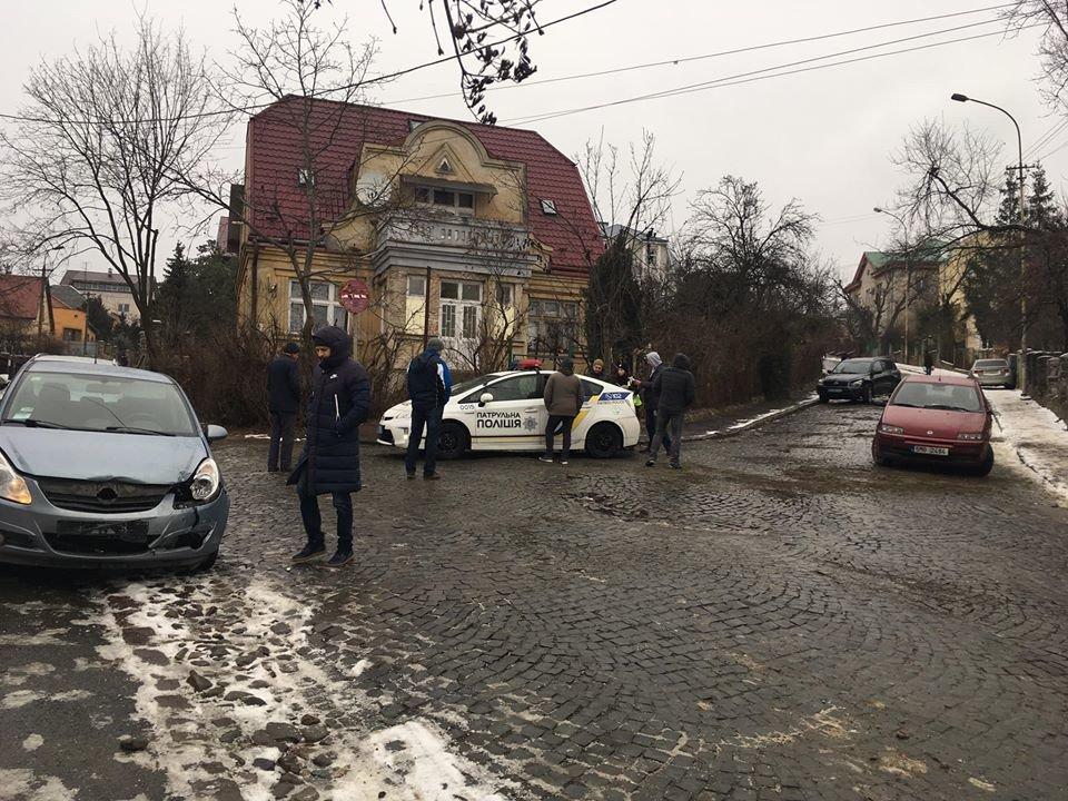 В Ужгороді через ожеледицю на одній із вулиць постраждали 9 авто (ФОТО), фото-2