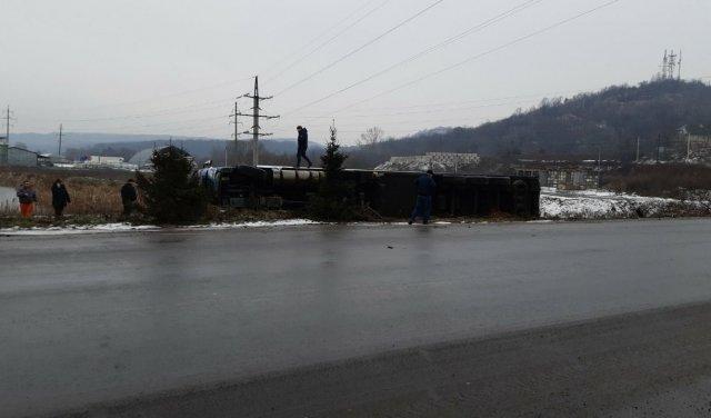 ДТП у Мукачеві: фура перекинулась у кювет (ФОТО), фото-1