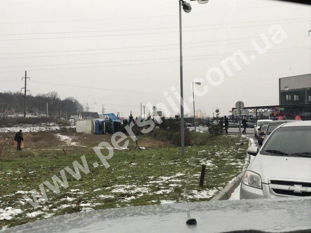ДТП у Мукачеві: фура перекинулась у кювет (ФОТО), фото-3
