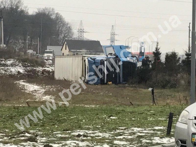 ДТП у Мукачеві: фура перекинулась у кювет (ФОТО), фото-2