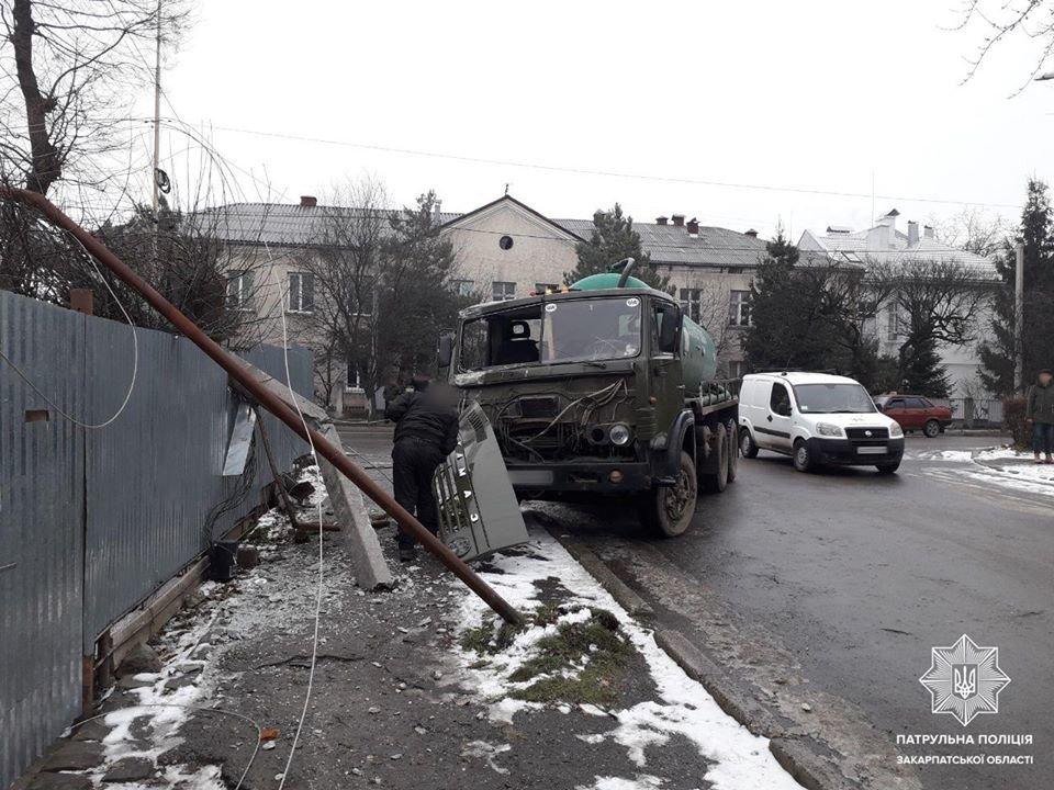 Автобуси, фури та легкові авто: в Ужгороді та Мукачеві зафіксовано 14 ДТП (ФОТО), фото-3