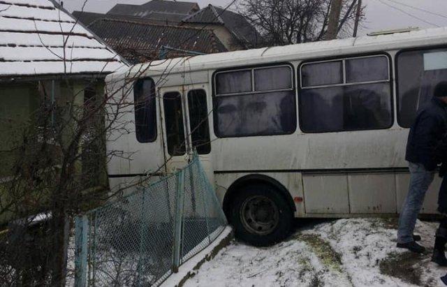 На Ужгородщині рейсовий автобус влетів на подвір'я (ФОТОФАКТ), фото-1