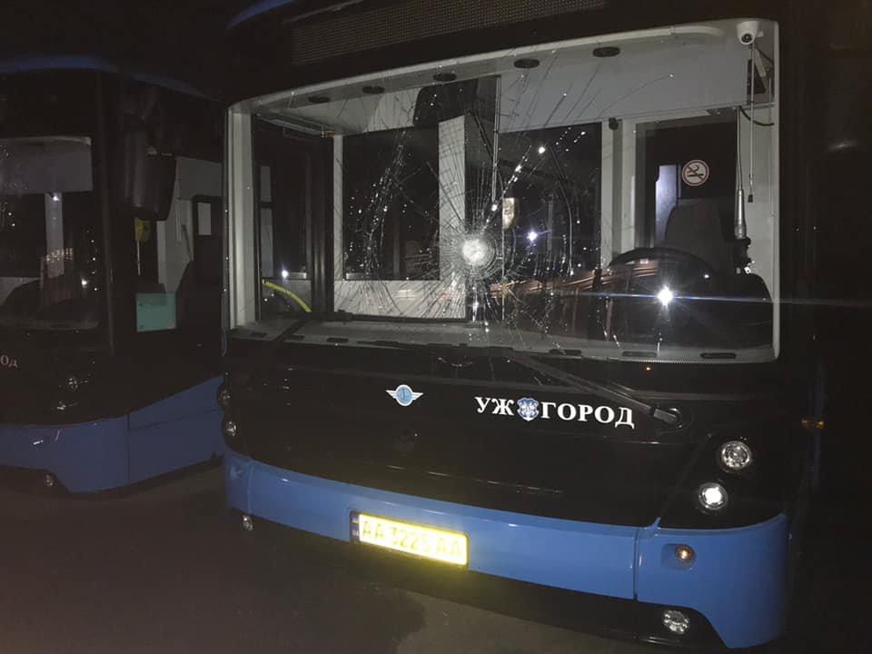 """В Ужгороді невідомі розбили вікна двох автобусів """"Електронів"""" (ФОТО), фото-2"""