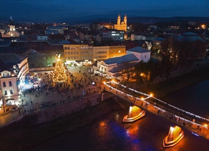 У святкових вогнях: як виглядає ужгородська ілюмінація у вечірню пору (ФОТО, ВІДЕО), фото-1