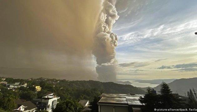 """Троє загинули, понад 80 тисяч евакуювали: у Філіпінах вперше за 40 років """"прокинувся"""" вулкан (ФОТО,ВІДЕО), фото-2"""