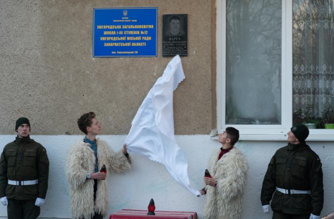 Пам'ятаємо: В Ужгороді відкрили меморіальну дошку загиблому герою АТО Василю Варзі (ФОТО), фото-1