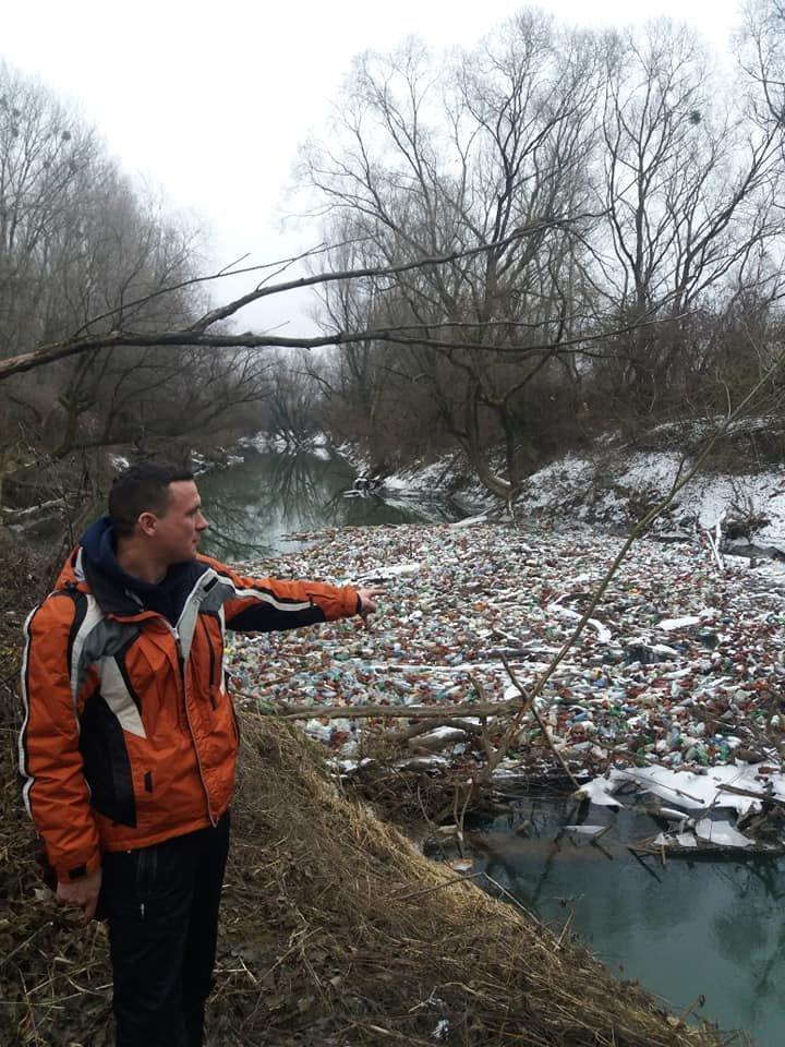"""Життя у смітті: на закарпатських річках утворюються чималі пластикові """"острови"""" (ФОТО), фото-1"""
