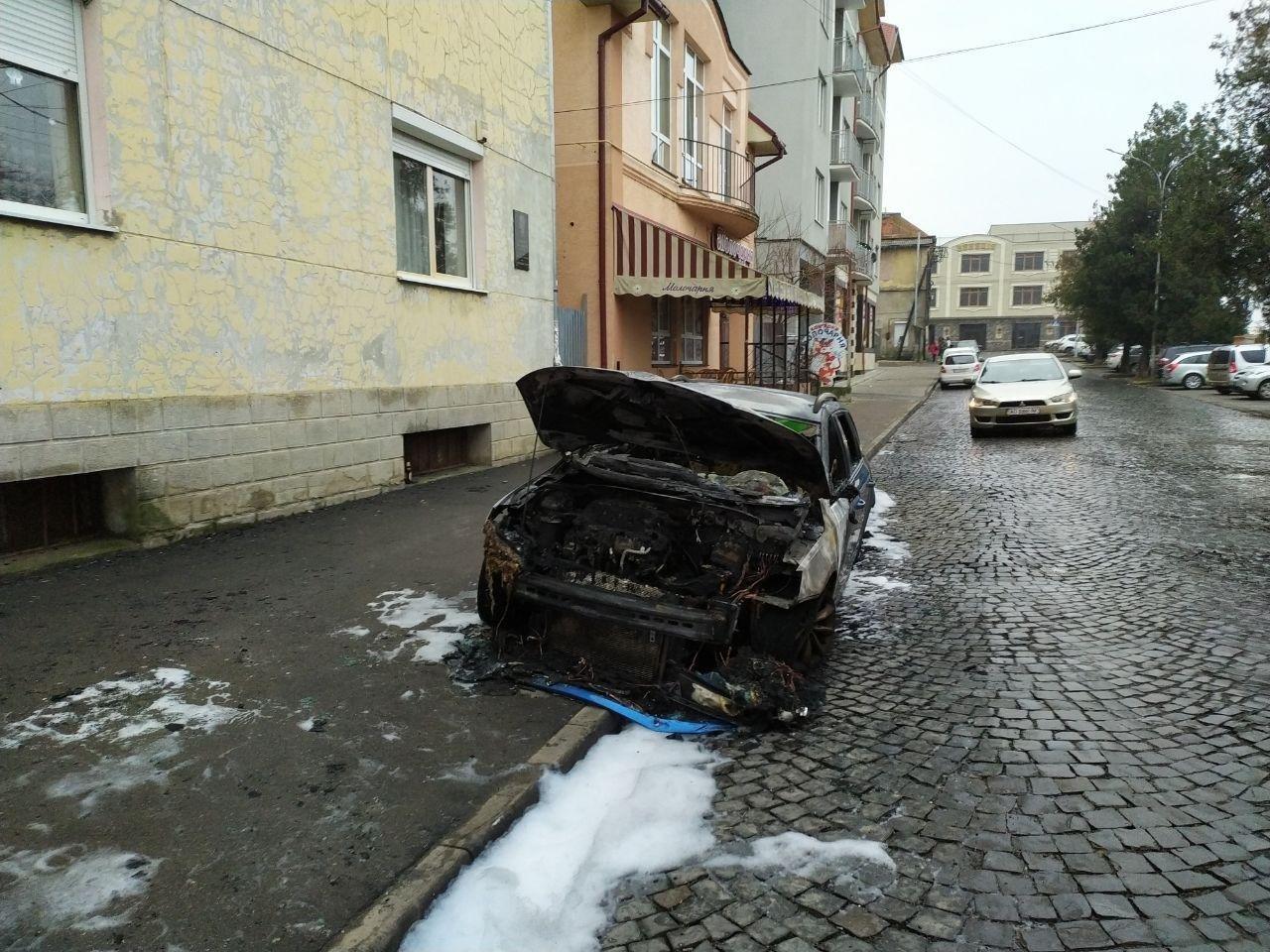 Родині закарпатця, який з кувалдою прийшов на розбірки у спортзал, спалили автомобіль (ФОТО), фото-2