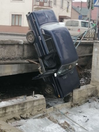 На Закарпатті водій на швидкості протаранив огорожу та вилетів у потічок (ФОТО), фото-1