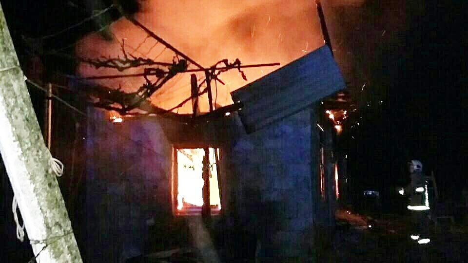 Вогонь майже повністю охопив будівлю: на Закарпатті горів будинок пенсіонерки (ФОТО), фото-2