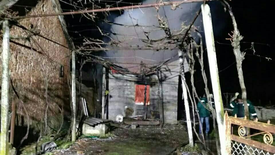 Вогонь майже повністю охопив будівлю: на Закарпатті горів будинок пенсіонерки (ФОТО), фото-1
