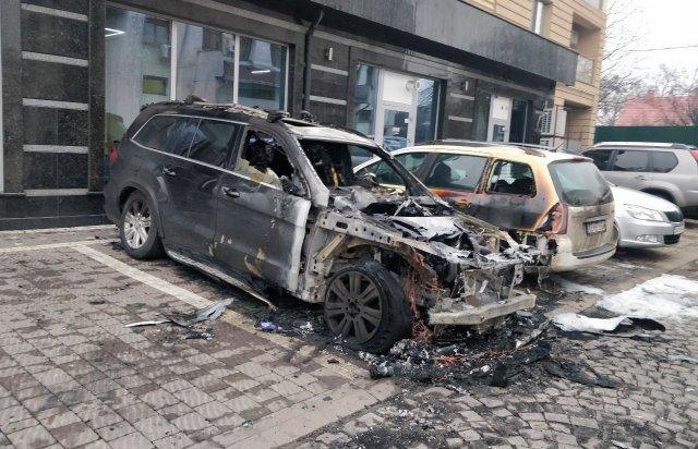 В Ужгороді дотла згорів елітний позашляховик (ФОТОФАКТ), фото-1