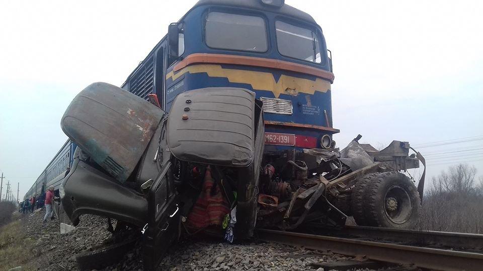 Двоє загиблих, один у лікарні: Укрзалізниця оприлюднила перші подробиці ДТП з потягом на Тячівщині, фото-1