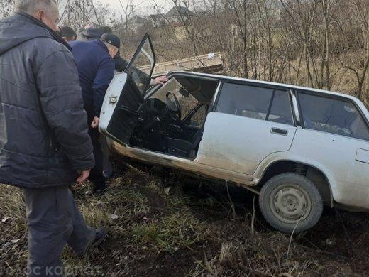 Неподалік Ужгорода автівка злетіла в кювет (ФОТО, ВІДЕО), фото-1