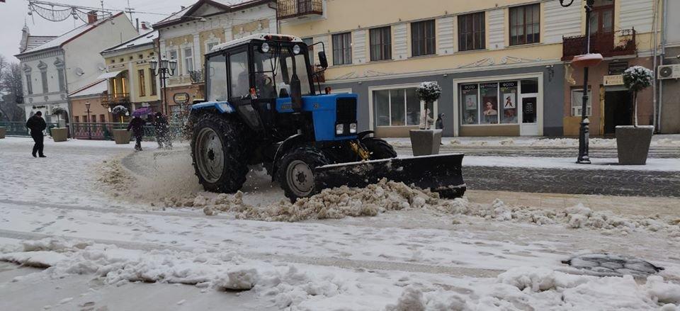 В Ужгороді комунальники приступили до боротьби з наслідками погіршення погодніх умов (ФОТО, ВІДЕО), фото-2