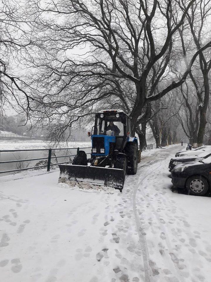 В Ужгороді комунальники приступили до боротьби з наслідками погіршення погодніх умов (ФОТО, ВІДЕО), фото-1