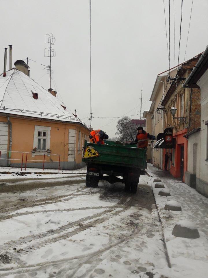 В Ужгороді комунальники приступили до боротьби з наслідками погіршення погодніх умов (ФОТО, ВІДЕО), фото-5