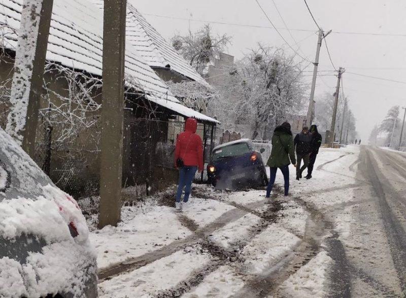 ДТП біля Ужгорода: через несприятливі погодні умови авто з'їхало в кювет (ФОТО), фото-2