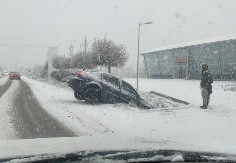 ДТП біля Ужгорода: через несприятливі погодні умови авто з'їхало в кювет (ФОТО), фото-1