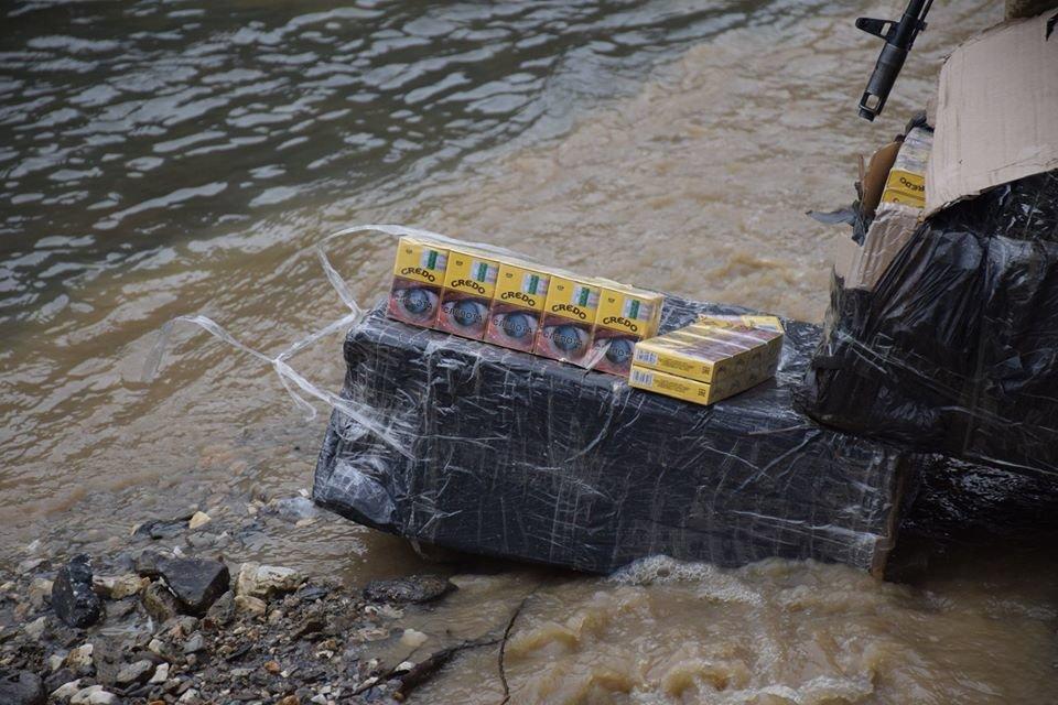 17 ящиків цигарок та двох контрабандистів затримали на кордоні із Закарпаттям (ФОТО), фото-1