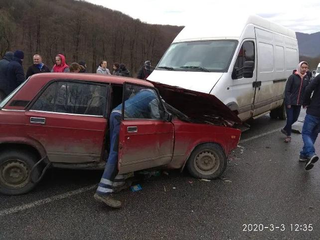 ДТП на Закарпатті: зіткнулись автомобіль ВАЗ та мікроавтобус (ФОТО), фото-2