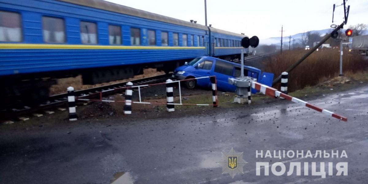 Моторошна ДТП на Закарпатті: мікроавтобус протаранив локомотив, 6 людей постраждали (ФОТО), фото-1