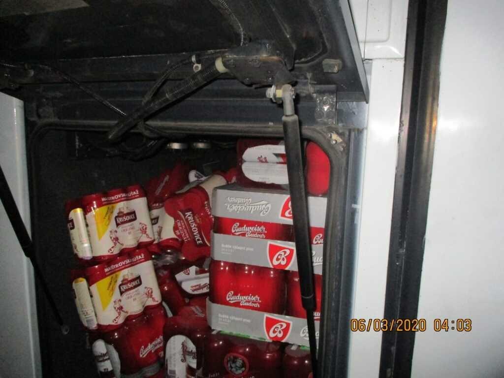 """Через КПП """"Ужгород"""" водій рейсового автобусу намагався перевезти майже 400 л пива (ФОТО), фото-1"""