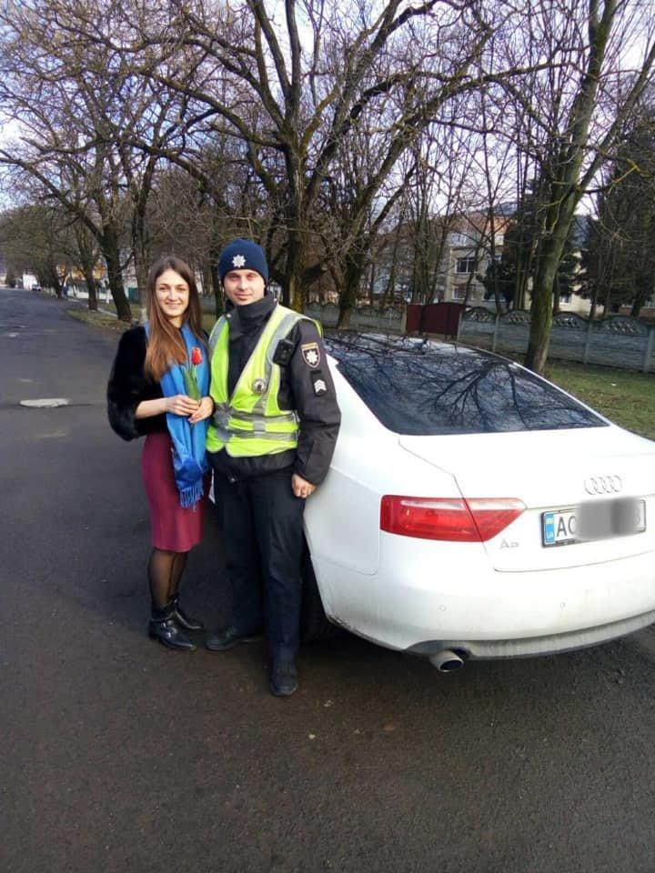 Закарпатські поліцейські дарували жінкам - водіям квіти (ФОТО), фото-2
