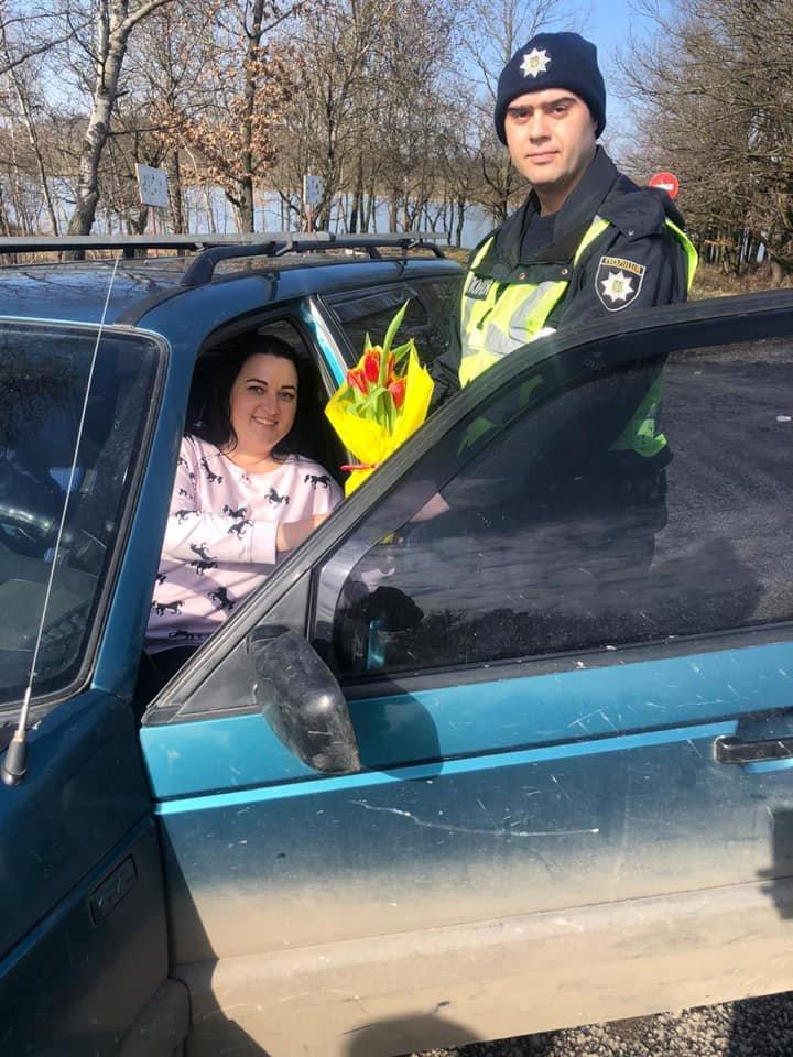 Закарпатські поліцейські дарували жінкам - водіям квіти (ФОТО), фото-4